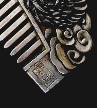 Sisir Oriental berlapis perak dengan ornamen tiga dimensi Naga dan ...
