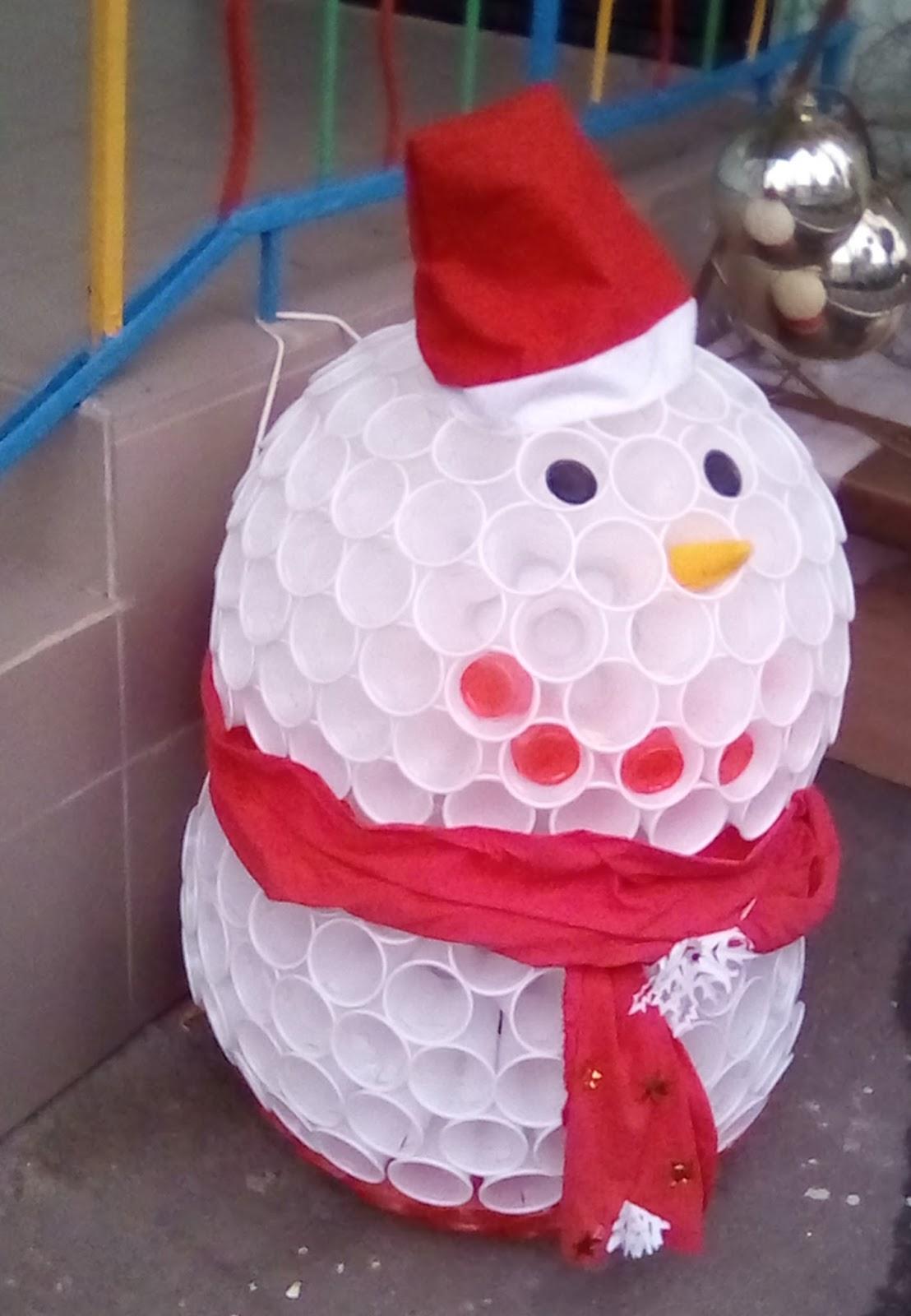Поделка снеговика из пластиковых стаканов
