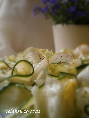 Pyszna sałata lodowa z plastrami cukinii i gruszki