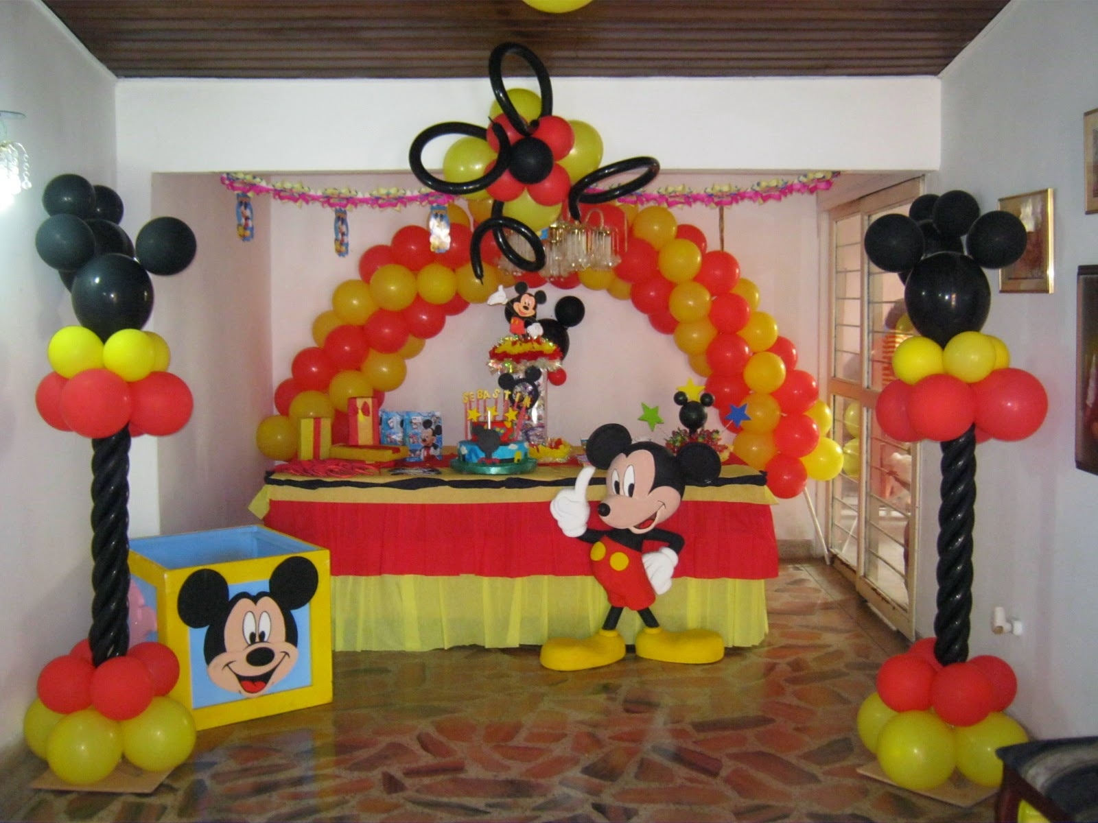 Decoracion sencilla de mickey mouse para cumplea os for Decoracion la casa de mickey mouse
