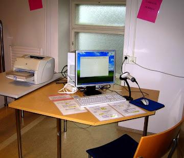 Kirjat lainataan ja palautetaan itse lainausnurkan tietokoneella. Pöytään on teipattu ohjeet.
