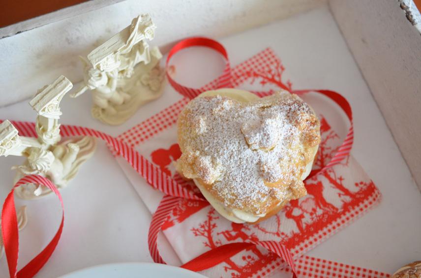 Hefe-Streusel-Herzen mit Vanillecreme-Füllung