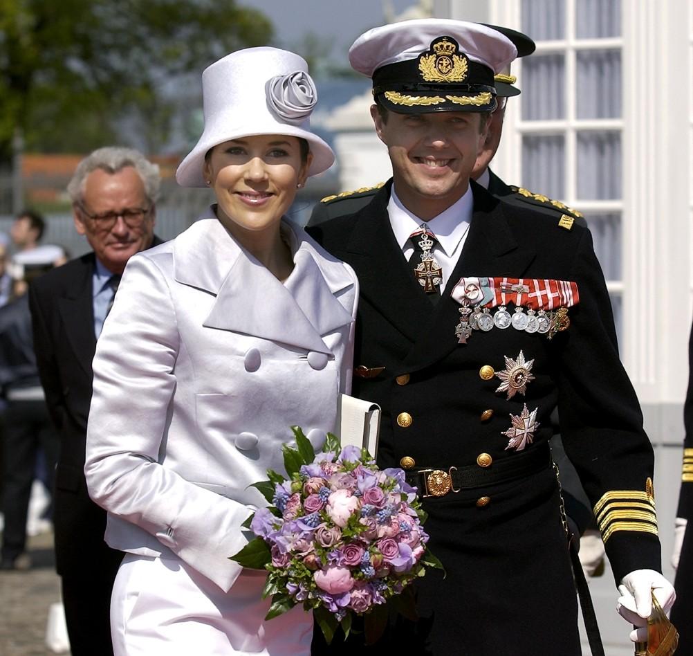 On continue avec les festivités pre,mariage de Frederik et Mary où le 5 mai  2004 ils ont assisté et présidé une parade militaire à bord du Dannebrog.