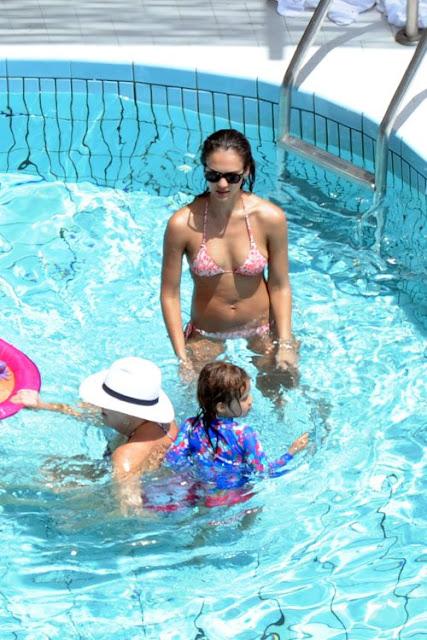 Jessica-Alba-Shows-off-her-Bikini-body