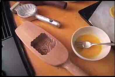 Cho bánh vào khuôn để tạo hình