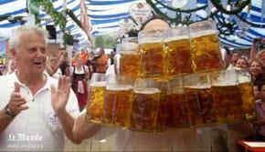 Il porte 27 chopes de bières d'un coup et fixe un nouveau record !