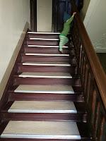 Kind steigt Treppe hinauf