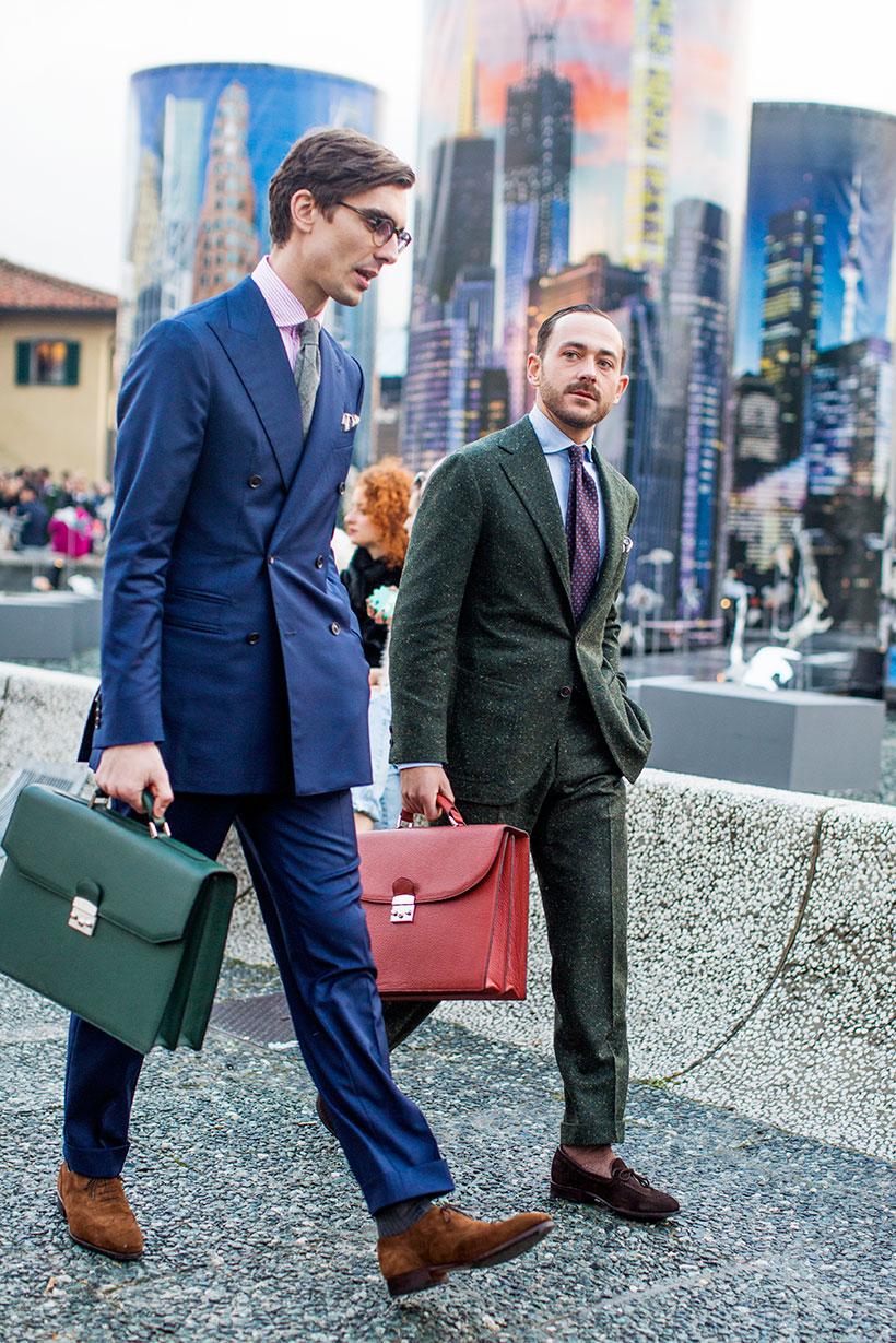 紺ダブルスーツに緑ブリーフケース&緑ツイードスーツに赤ブリーフケース