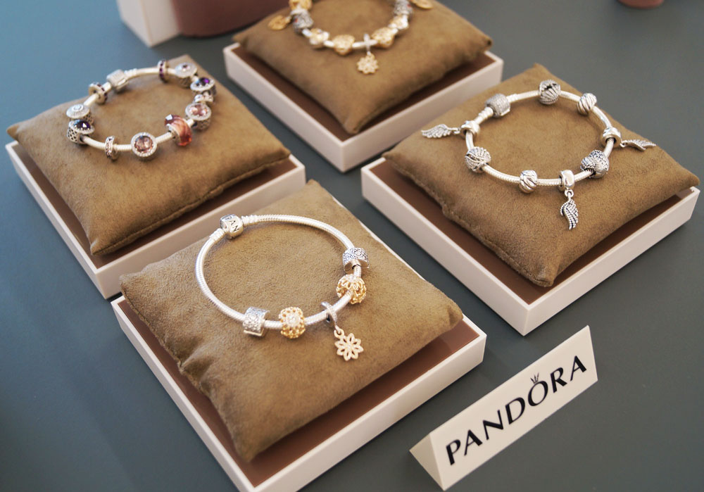 Značka Pandora bola vytvorená na oslavu ženy a zvláštne okamihy v živote.  Kolekcia pre túto jeseň obsahuje ružové a fialové zirkony 0ad4b62172b