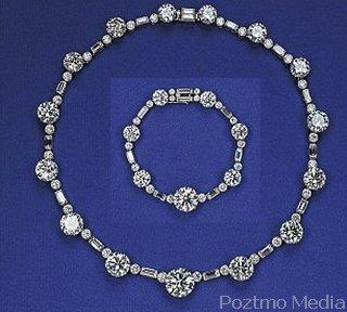 Kalung dan gelang berlian kerajaan inggris