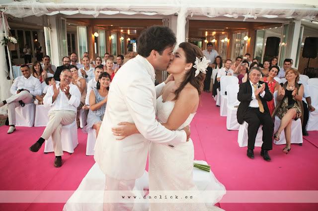primer beso de recién casados - puedes besar a la novia y aplausos