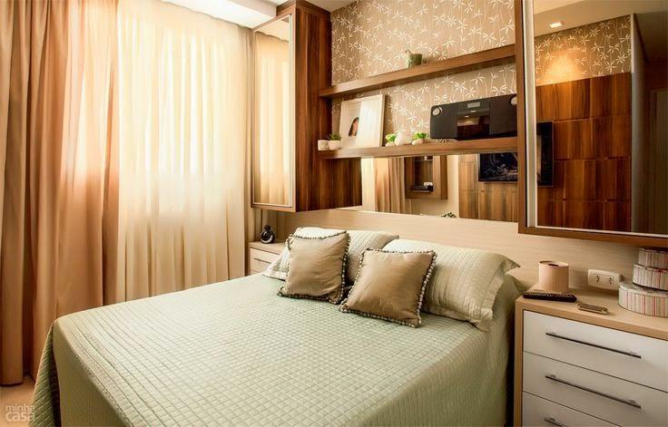 Painel composto com móvel espelhado para quarto de casal pequeno
