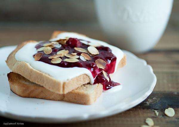 Köstliches Frühstück mit Toast und roter Grütze