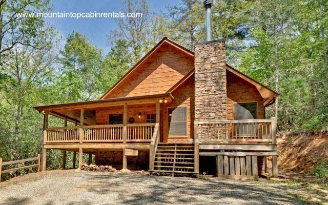 Cabaña de madera y chimenea de piedra en el norte de Georgia