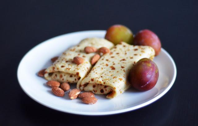 wegańskie naleśniki z nadzieniem migdałowo-śliwkowym