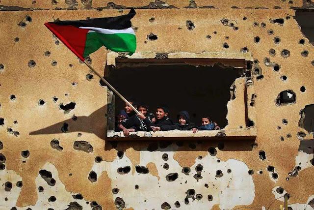crianças palestina erguem a bandeira de sua pátria palestina