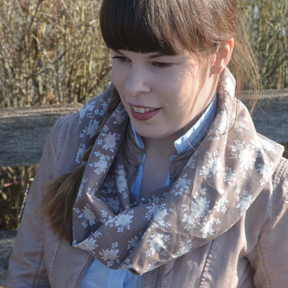 """Outfit """"Sportlich in Leder""""  bestehend aus der perforierte Biker-Jacke in der powder sand von Tom Tailor, einer hellblauen Bluse von Orsay und einem selbstgenähten Schal aus dem Stoff Aurora 2 von Tilda"""