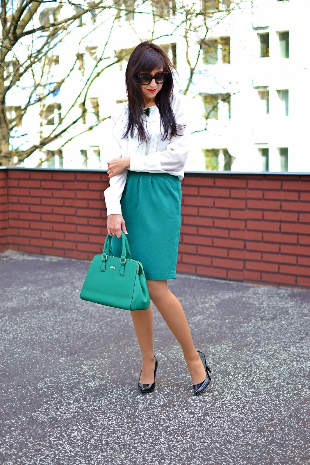 DETAIL_Katharine-fashion is beautiful_Zelená sukňa_Bodkovaná mašľa_Zelená kabelka_Katarína Jakubčová_fashion blogger