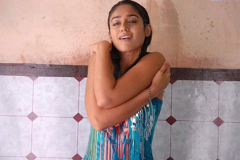 Telugu actress ileana sexy pictures in bathroom indian for Heroines bathroom photos