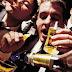 Estudo diz que homens precisam beber com os amigos duas vezes por semana para reforçar a saúde