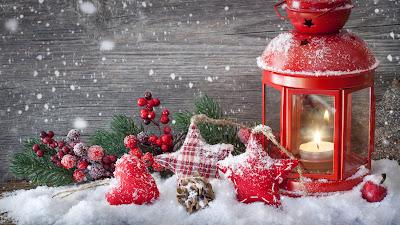 Tarjeta con adornos navideños y velas encendidas
