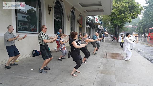Buổi sáng tập Tai Chi trên phố ở Hà Nội