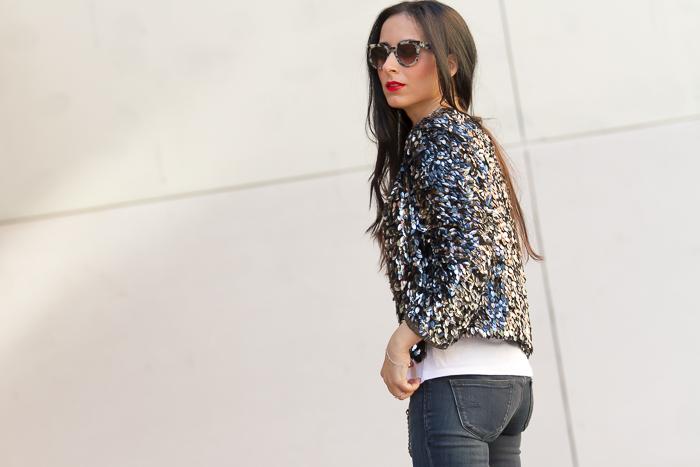 Look informal para salir con chaqueta de lentejuelas