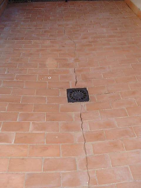 Grieta en pavimento de terraza