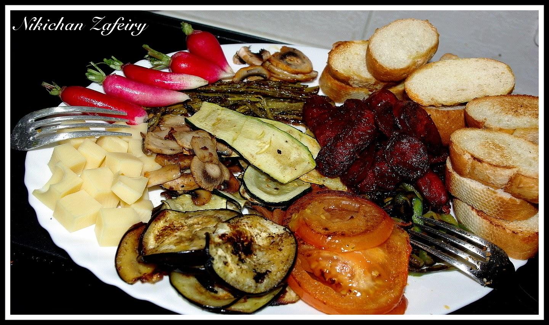 Antipasto de verduras a la plancha y embutido.
