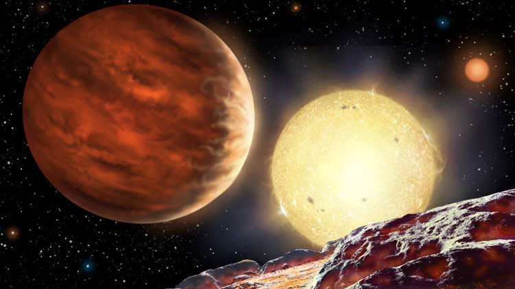 Sistema solar triple con un planeta en órbita estable