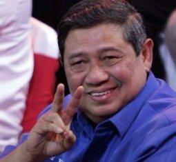 foto gambar lucu sby dengan gestur V peace victory menang