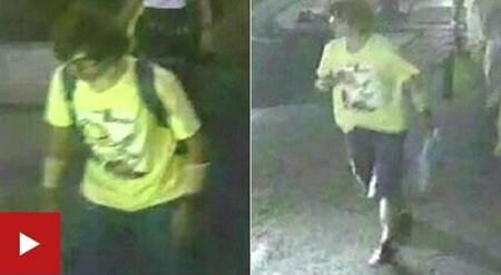 Remaja sekitar usian 20-an mengenakan baju kuning serta membawa tas backpack hitam yang diduga bomber di depan kuil Erawan, Bangkok, Thailand