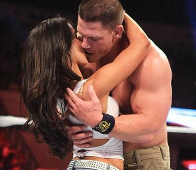 apasionado beso de jhon cena con aj lee esposa de cma punk en la WWE, espectaculo de cena y Aj