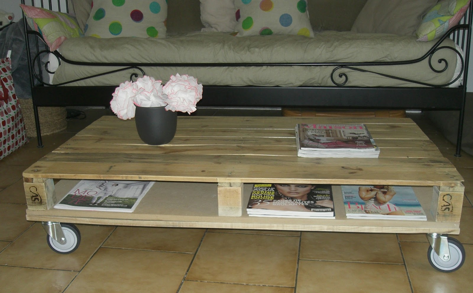 Gabulle in wonderland transformer une palette en table basse - Fabriquer une table en palette ...