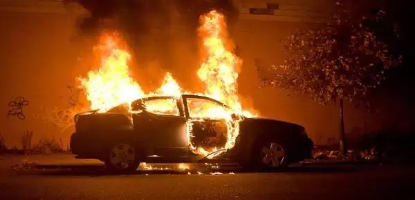 Δραματική διάσωση γυναίκας και δύο παιδιών από φλεγόμενο αυτοκίνητο! Βίντεο