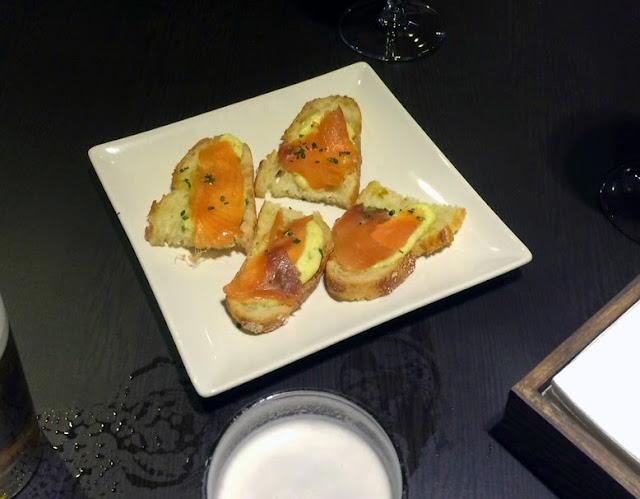 Tapa (incluida) de salmón con salsa tártara