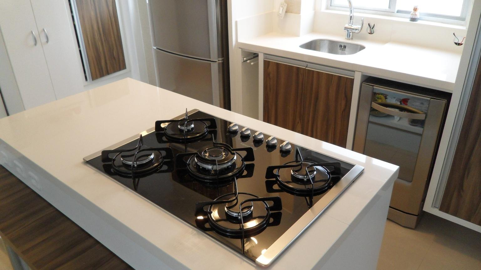 porcelanato.: Bancada cozinha com ilha e cooktop. Porcelanato #5F4932 1536 864