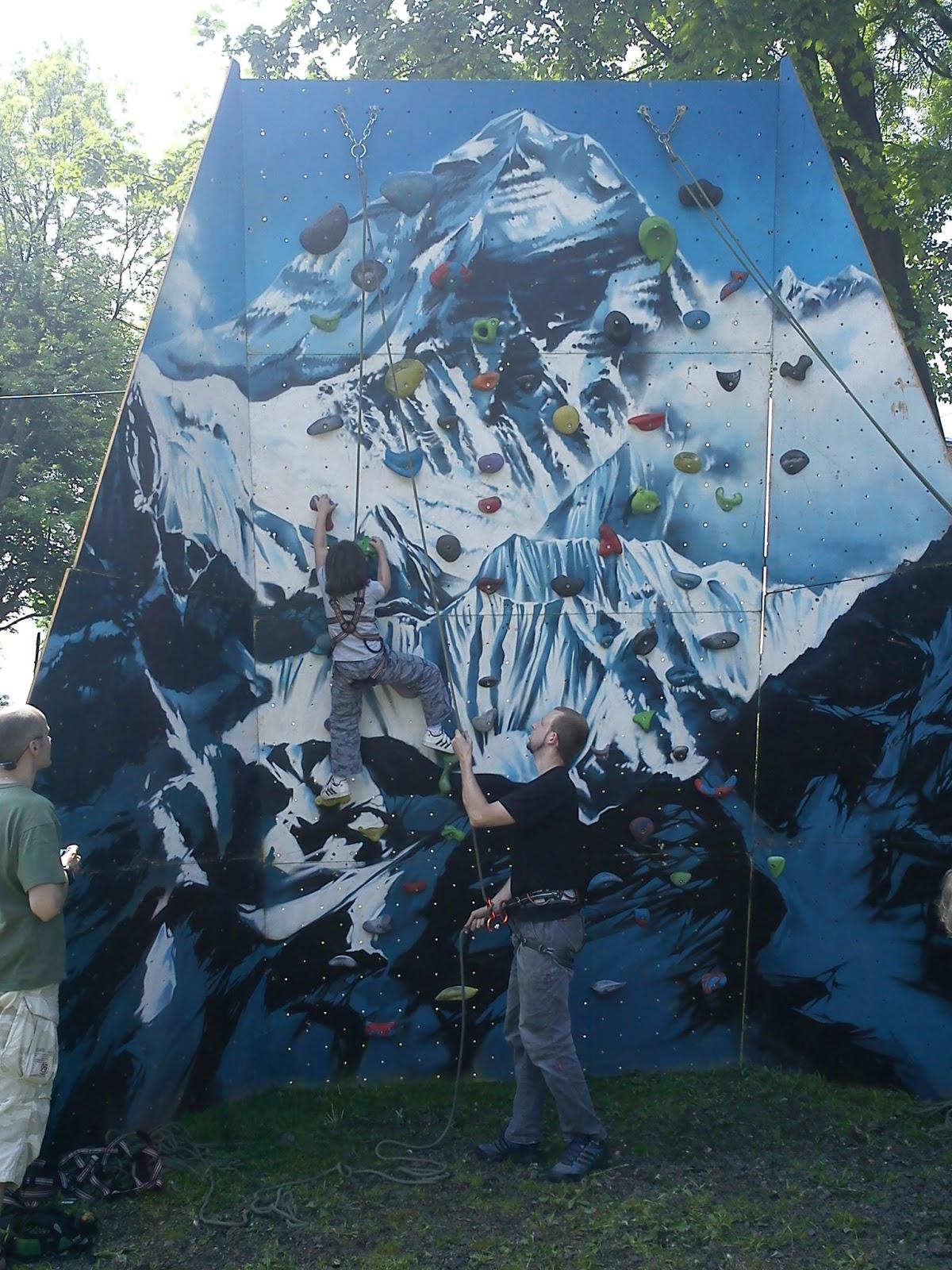Dětský den na Krásné 2013 - lezecká stěna