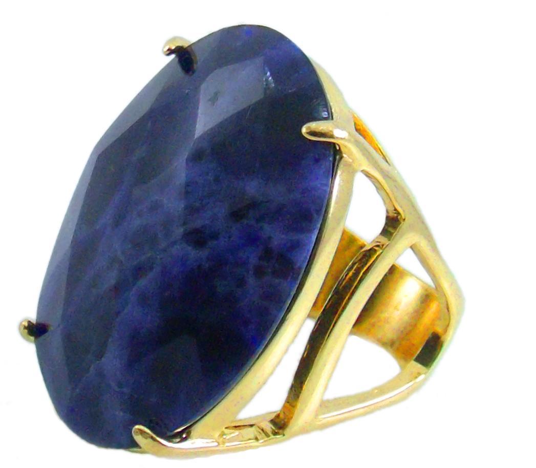 Anel folheado a ouro 18k.  Com pedra natural Lápis Lazuli, oval facetada.
