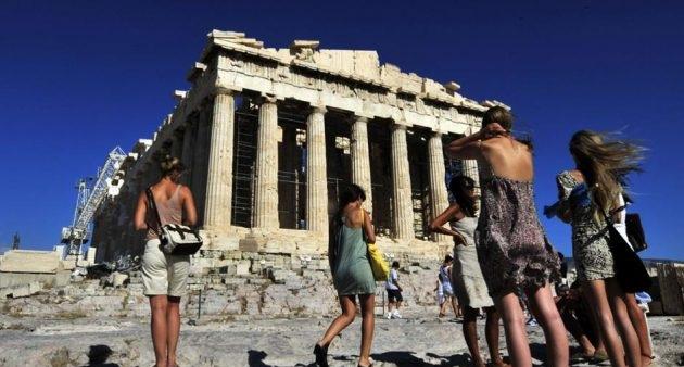 Χτύπημα κάτω από την μέση για τον ελληνικό τουρισμό από τη Βρετανία: «Ύπουλη» ταξιδιωτική οδηγία