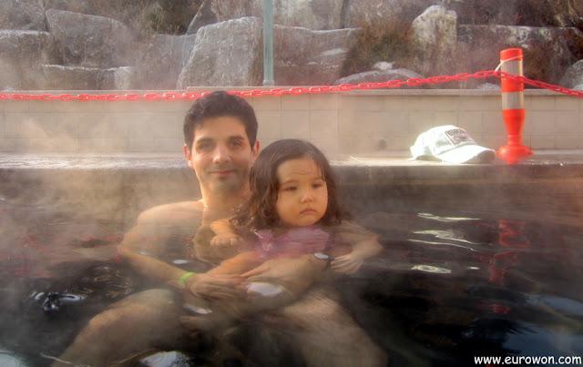 Con Sonia en el baño caliente exterior del Termeden