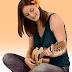 اضافة امرأة تعزف على جيتار فى مدونتك