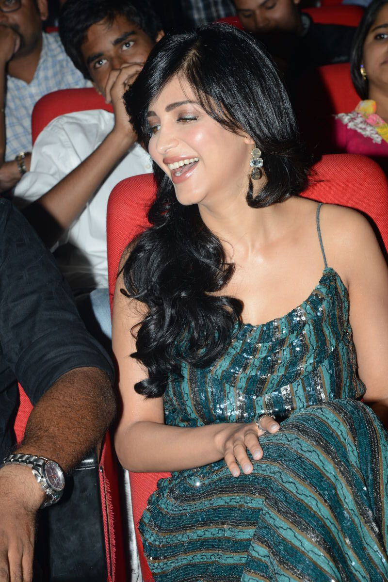 Gorgeous Shruthi hassan in sparkling dress at yevadu audio launch