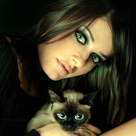 Pelo color chocolate y ojos verdes