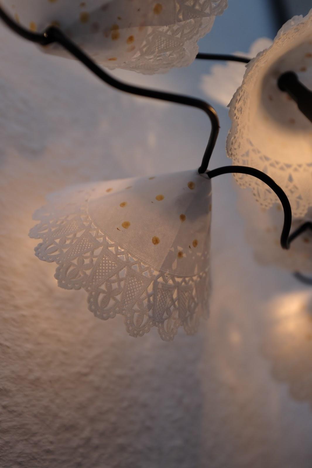 diy lichterkette aus tortenspitze fuchsgestreift. Black Bedroom Furniture Sets. Home Design Ideas