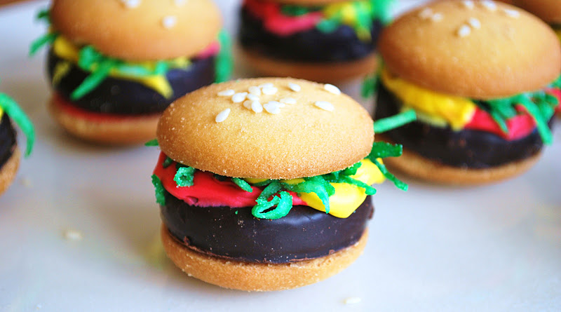 Do not be fooled. These are in fact cookies that look like hamburgers ...