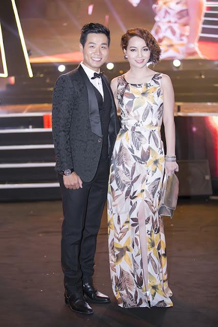 Diễn viên Mai Thu Huyền tạo dáng với váy in họa tiết và xắc tay ánh kim bên MC Nguyên Khang.