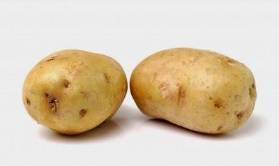 البطاطس تعمل على تفتيح البشرة وتقليل الهالات السوداء المرتبطة من الانتفاخ.