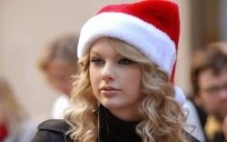 Taylor Swift in Santa hat