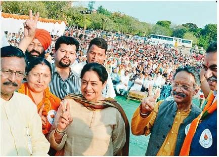 चंडीगढ़ के सेक्टर 46 में रैली के दौरान उत्तराखंड के पूर्व मुख्यमंत्री बी. सी. खंडूरी, भाजपा प्रत्याशी किरण खेर, पूर्व सांसद सत्य पाल जैन व अन्य